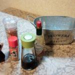 調味料ラック→スリーコインズ(3COINS)のブリキ缶で代用