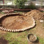 お庭にレンガサークルと小山をDIY (1)