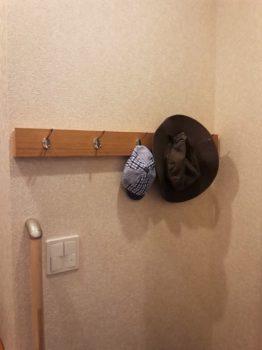 壁に付けられる家具にコートフック